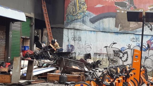 Loja incendiada no Centro do Rio