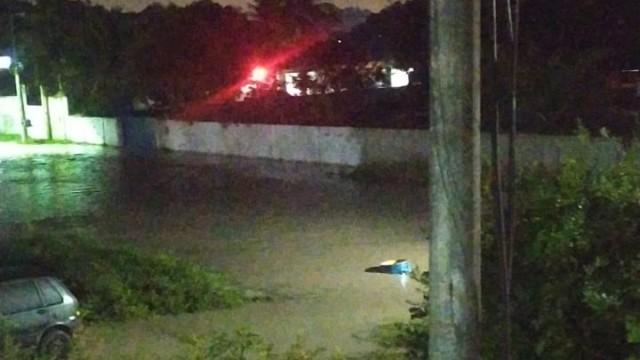 Adutora da Cedae rompe e água invade residências na Região Metropolitana (Divulgação)