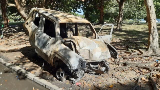 Carro bate em poste e pega fogo na Zona Sul do Rio (Foto: Mateus Mesquita/ Divulgação: Super Rádio Tupi)