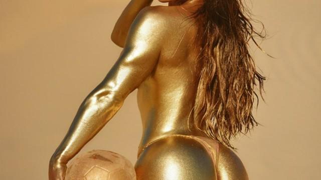 Na imagem, modelo Suzy Cortez aparece nua com corpo pintado com ouro