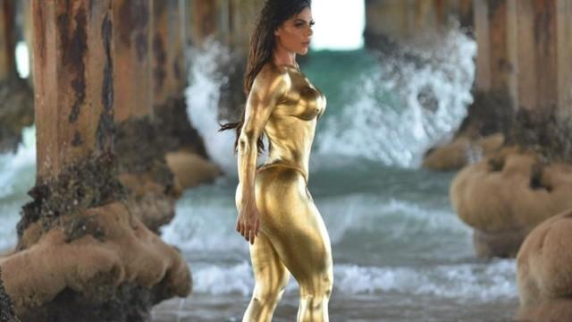 Na imagem, modelo Suzy Cortez aparece nua com corpo banhado a ouro
