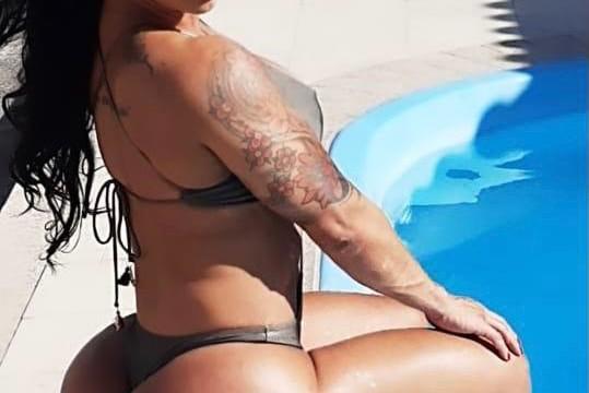Vanessa Ataíde posando na piscina