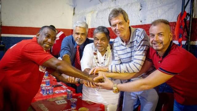 Laíla na apresentação da Ilha com o carnavalesco Fran Sérgio (1º à dir.), o intérprete Ito Melodia (à esq.), o vice-presidente da escola, Marcello Vinhaes e o presidente, Djalma Falcão