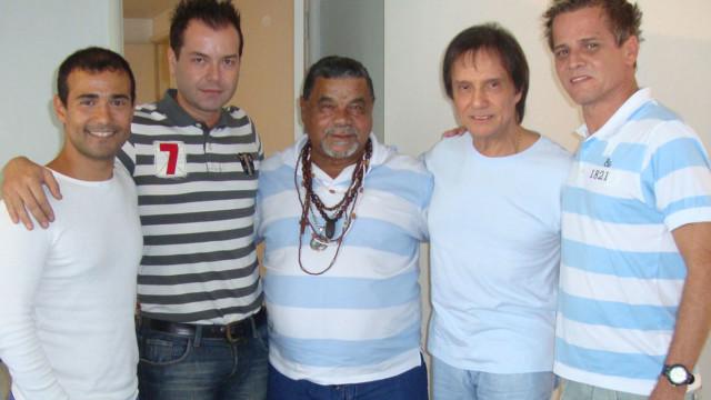 Laíla (centro) com Roberto Carlos e a comissão de carnaval da BF no carnaval de 2011