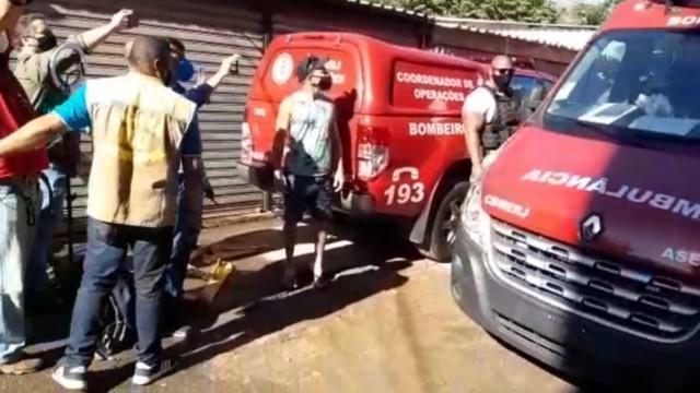 Mulher é resgatada de escombros após desabamento de prédio no Rio de Janeiiro