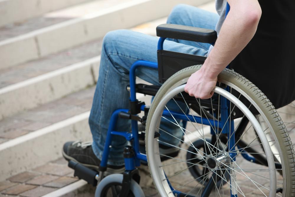 pessoa na cadeira de rodas