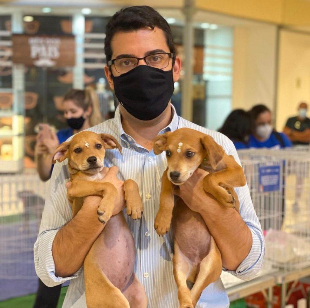 Imagem do Secretário Marcelo Queiroz com dois filhotes