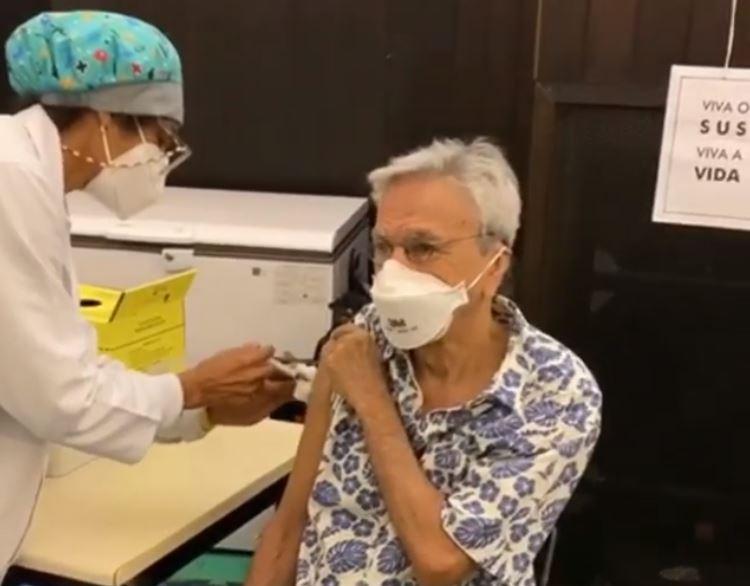 Caetano Veloso sendo vacinado
