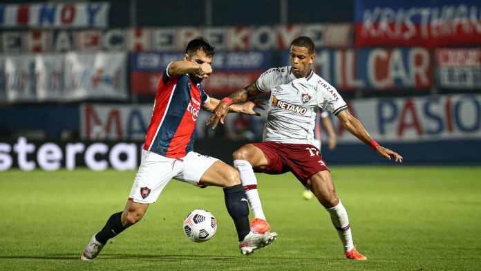 Lance de jogo contra o Cerro, Caio Paulista tenta dominar bola e passar pelo adversário