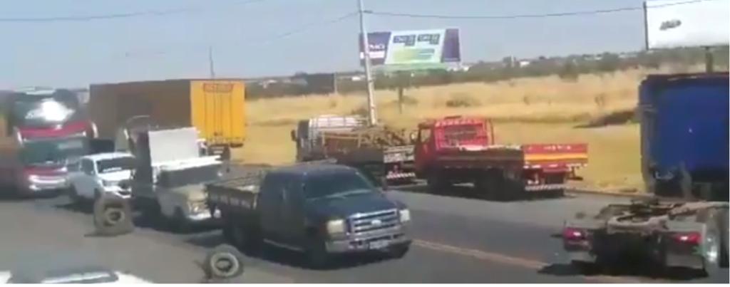 Imagens de caminhoneiros parados nas estradas