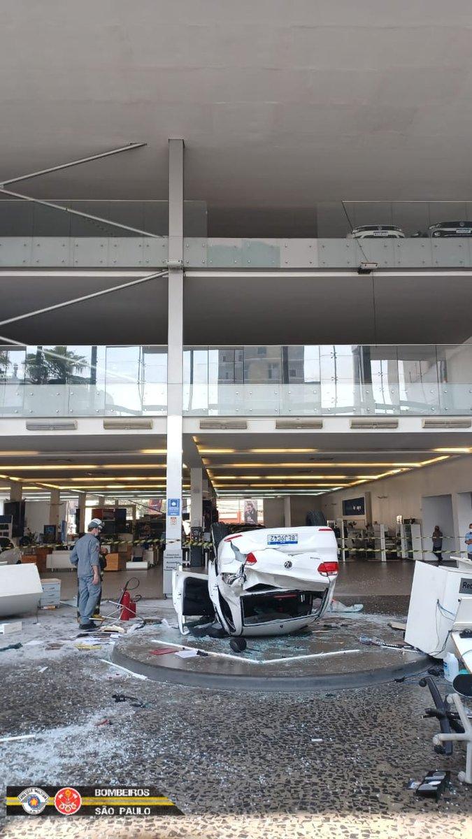 Imagem do carro que caiu em São Paulo