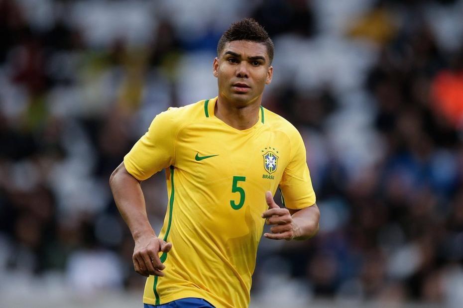 Casemiro em campo correndo camisa da Seleção Brasileira