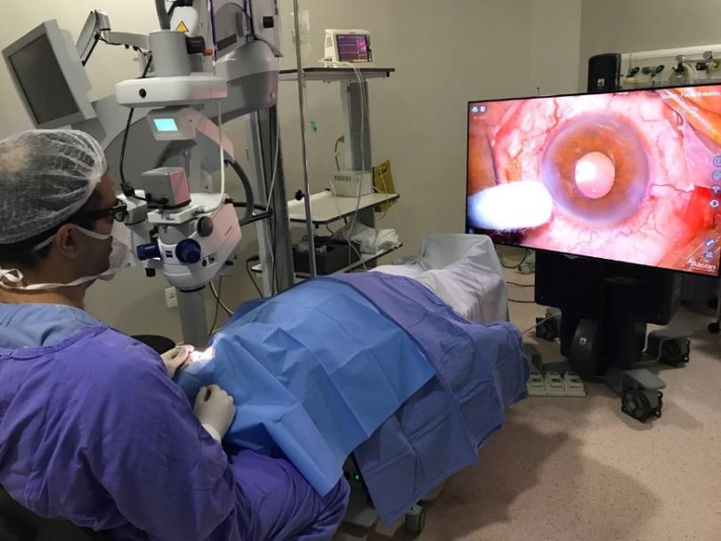 Paciente é submetido a cirurgia de catarata