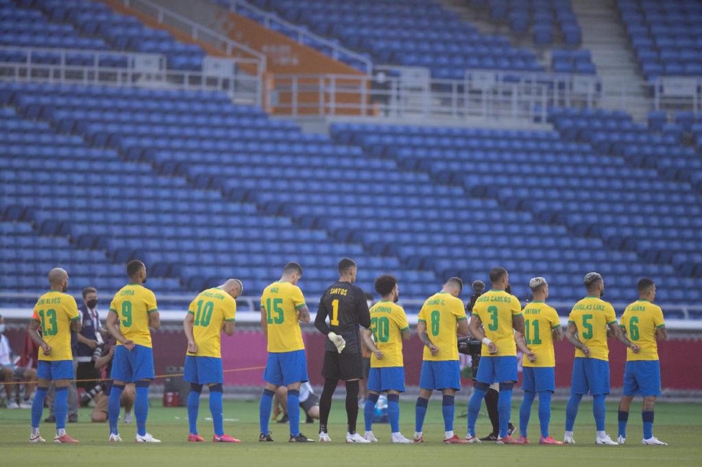 Seleção perfilada antes da partida