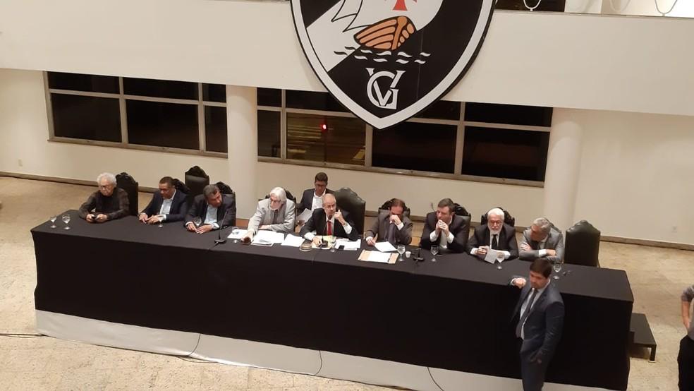 Conselheiros do Vasco em reunião na sede náutica da Lagoa