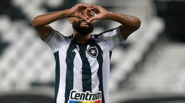 Chay fazendo coração na comemoração do gol pelo Botafogo na Série B