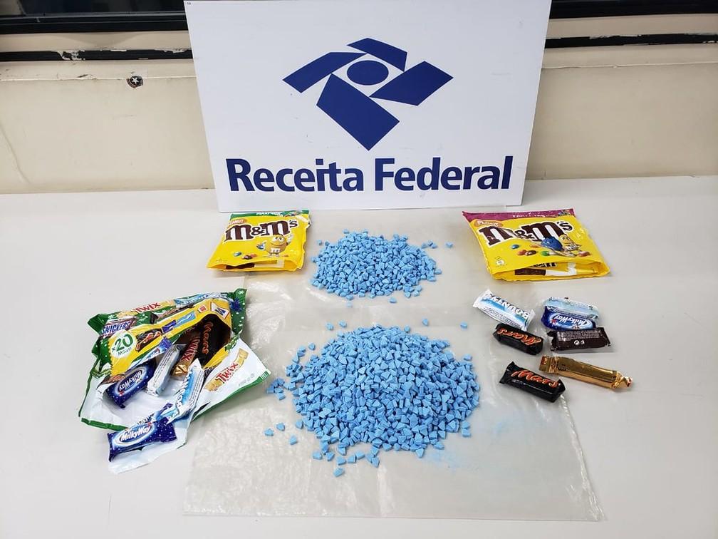 Imagens de comprimidos de ecstasy e embalagens de chocolate