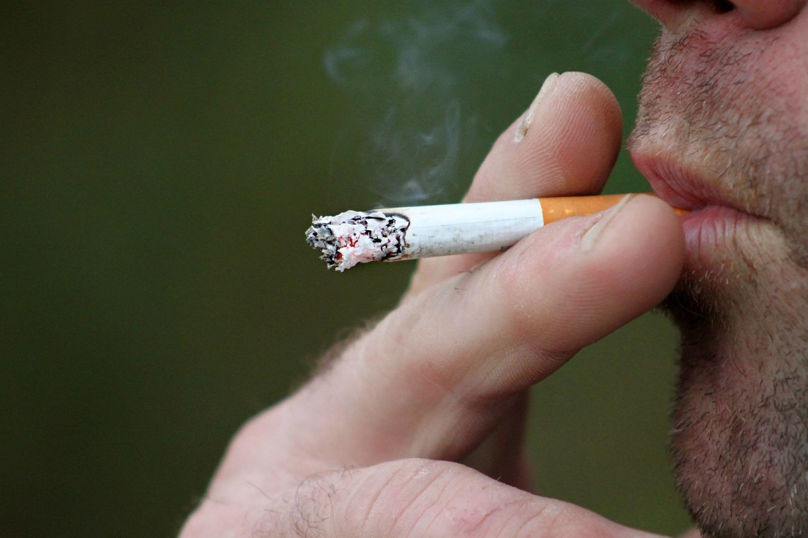 homem fumando cigarro
