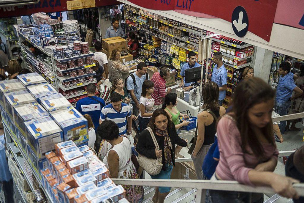 Imagem de pessoas fazendo compras na loja