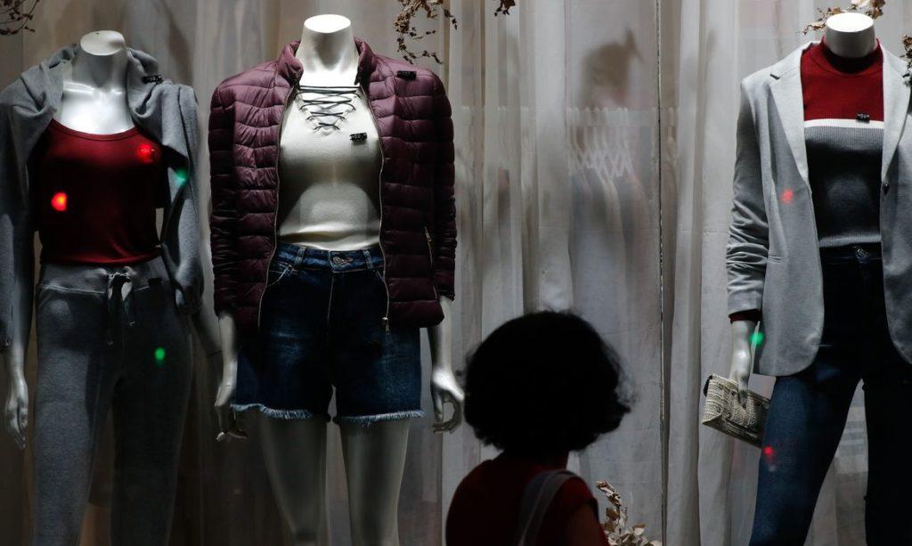 Mulher olhando uma vitrine