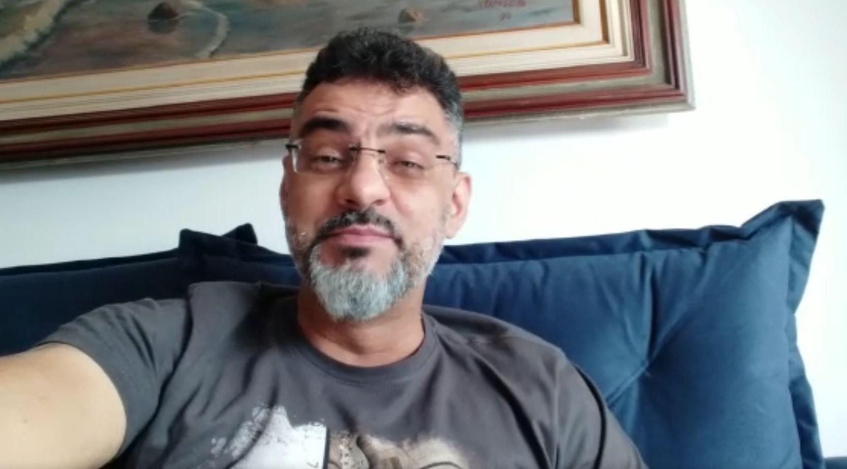Cristiano Santos recebe vacina contra a covid-19 (Divulgação)