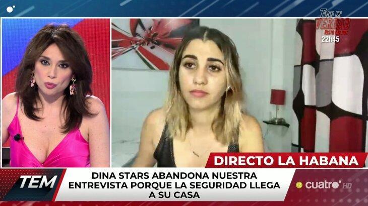 Dina Stars concedia uma entrevista quando foi detida por policiais em seu própria casa