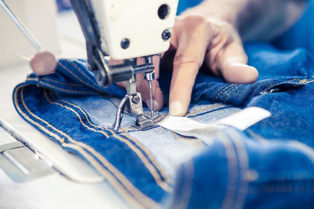 Máquina trabalha na customização de jeans