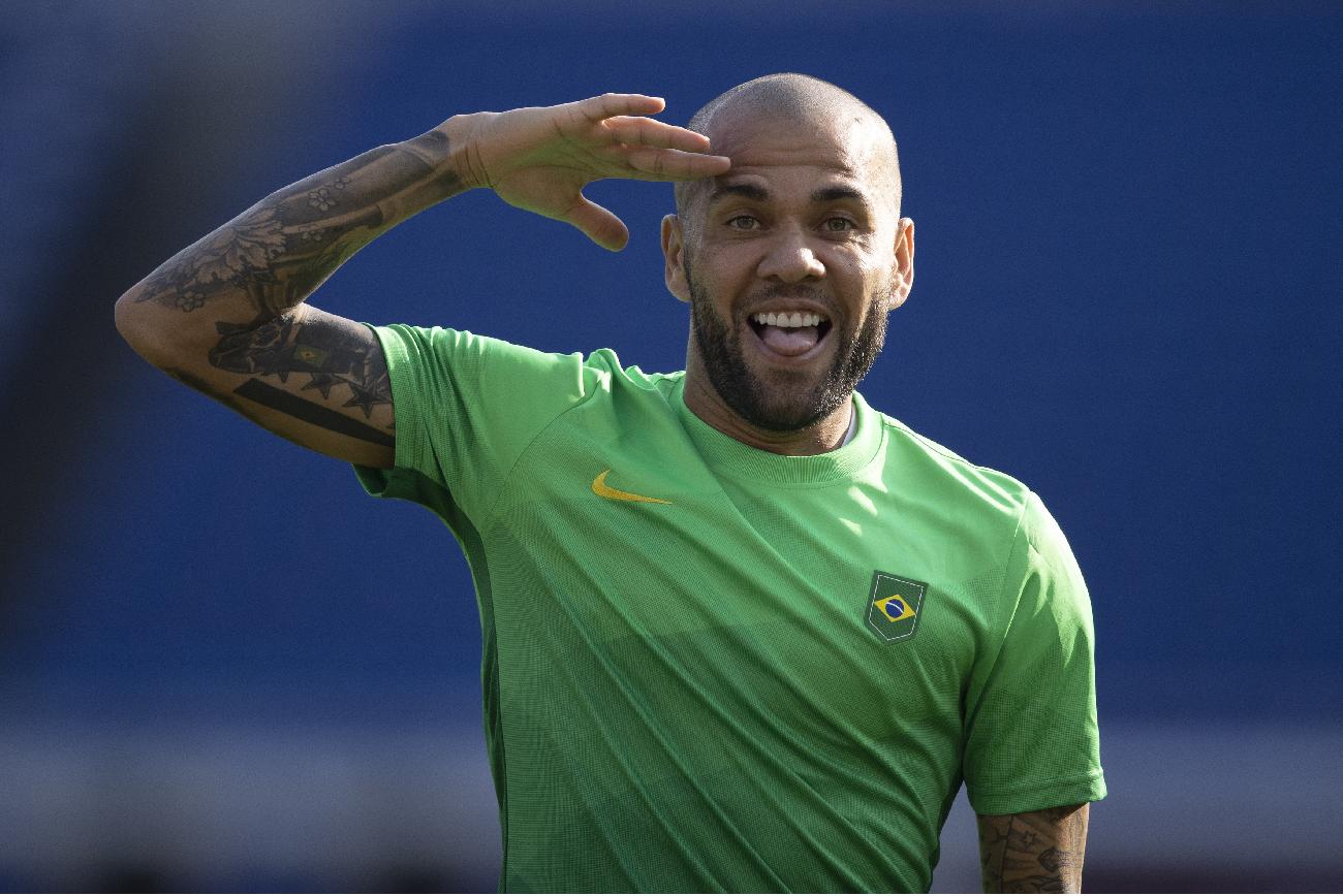 Daniel Alves evita polêmica durante desembarque dos jogadores