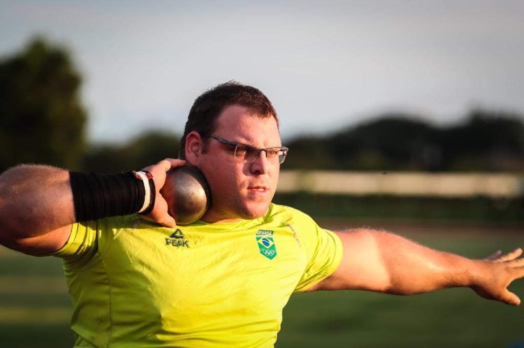 Brasileiro atinge marca e se classifica para a final do arremesso de peso