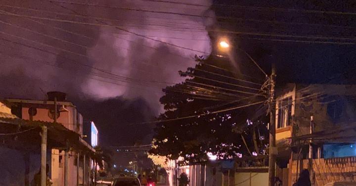 Fumaça da explosão toma conta da região