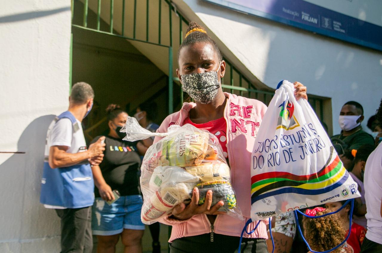 Distribuição de cestas básicas na Cidade de Deus