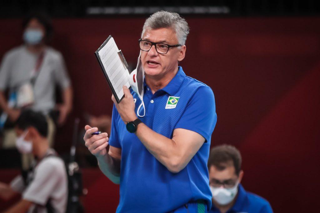 Técnico da seleção brasileira de Volei orienta os jogadores
