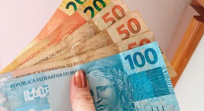 notas de 20, 50 e 100 reais