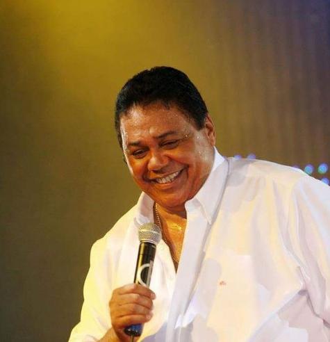 Foto Dominguinhos cantando.