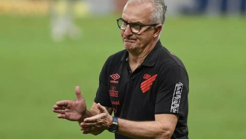 Técnico Dorival Júnior comandando o Athletico-PR, seu último clube