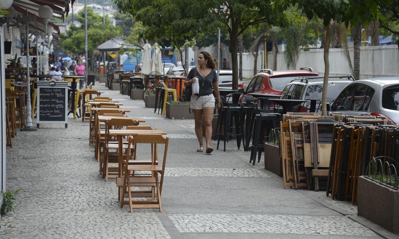 imagem de uma mulher andando na rua