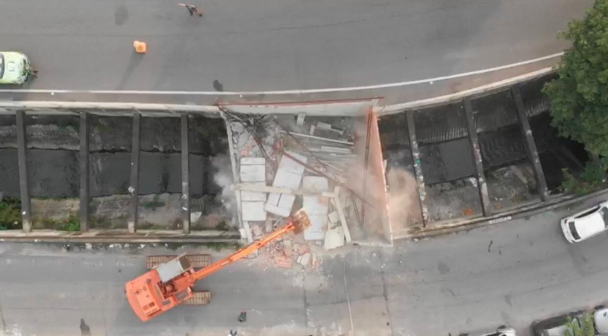Demolição de obra irregular em cima da calha do Rio Faria-Timbó