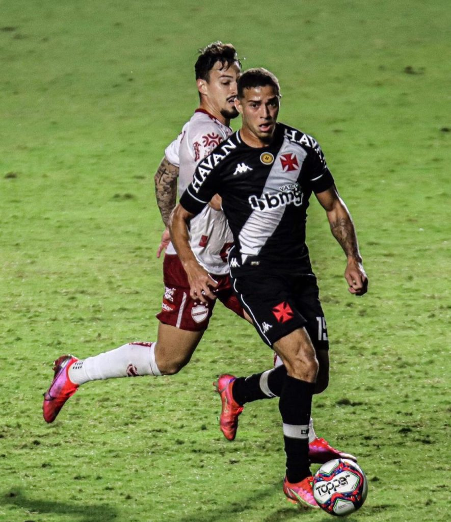 Figueiredo carregando a bola pelo Vasco em partida pela Série B do Campeonato Brasileiro