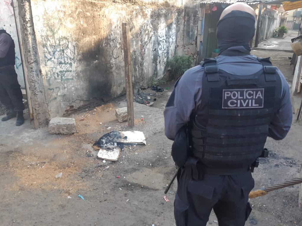 policial realizando operação na comunidade