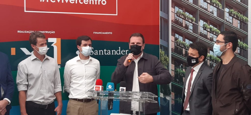 Imagem do prefeito Eduardo Paes durante lançamento imobiliário no Centro.