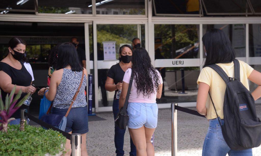 Estudantes entrando na UERJ