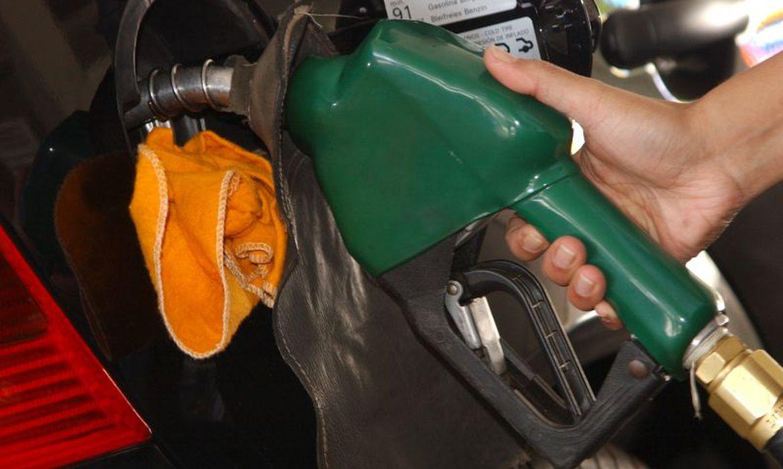 Imagem de um veículo sendo abastecido em um posto de combustíveis