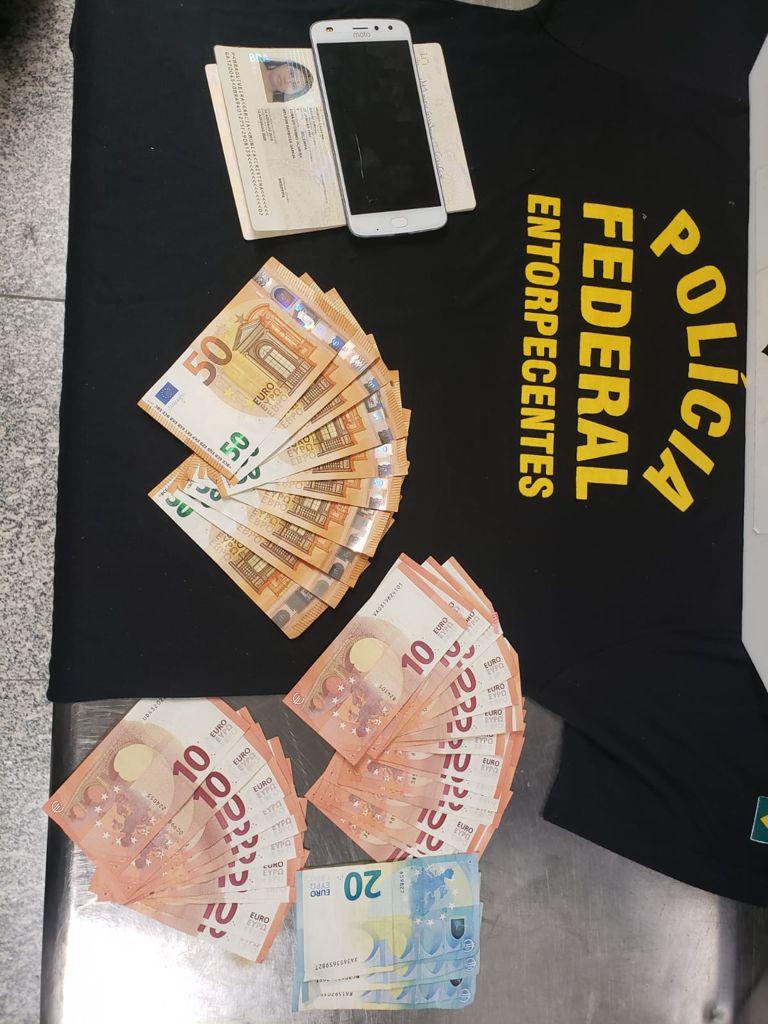 Imagens das notas de Euro e a documentação da presa
