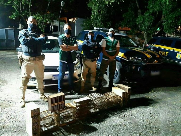 material apreendido e policiais na rua
