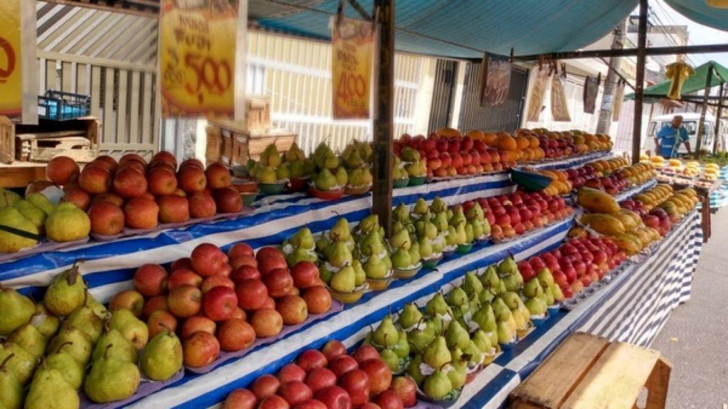 Produtos a venda em feira livre no município de Mesquita