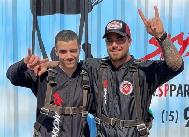 Felipe Titto salta de paraquedas com filho