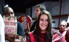 Com enredo focado na mulher, Viradouro traz jovem tocando surdo de terceira