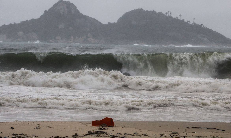 Marinha alerta para ondas de até 2,5 metros