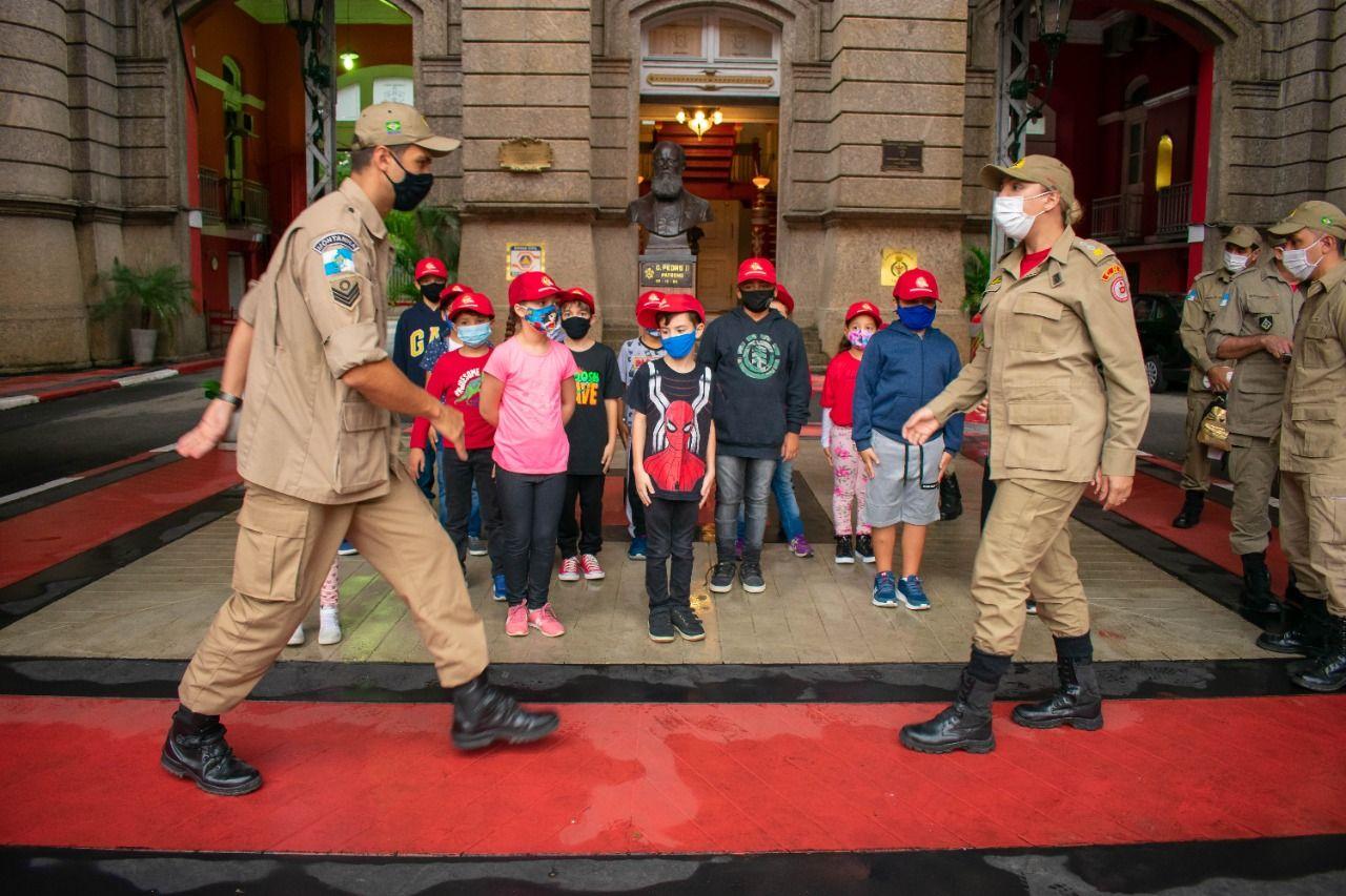 Projeto Bombeirinhos recebe filhos de militares no Quartel Central