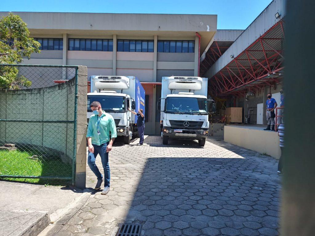 Imagens dos caminhões com vacinas da Fiocruz